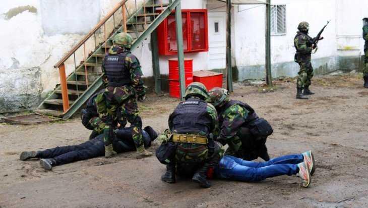 Брянские силовики устроили учения в колонии №1 возле бассейна ДОСААФ