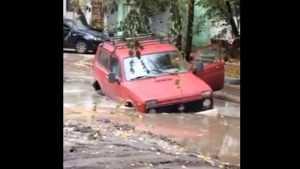 «Нива» утонула в громадной луже на знаменитой улице