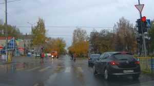 В Брянске сняли видео проезда на красный свет двухиномарок