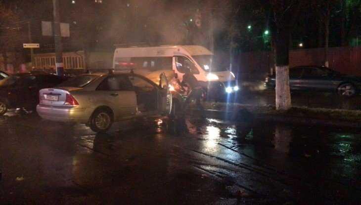 В центре Брянска после столкновения загорелись автомобили