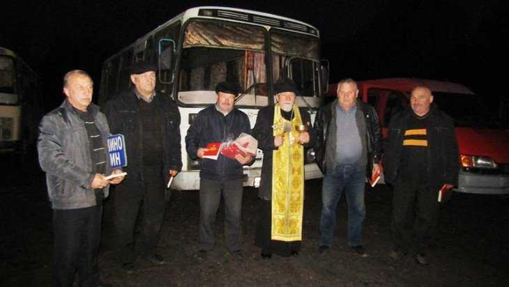 Во Мглине священник освятил автобусы и такси