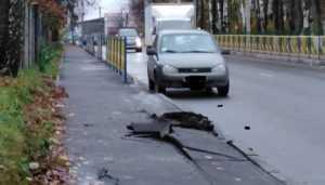 В Брянске на улице Урицкого грузовики разломали тротуар