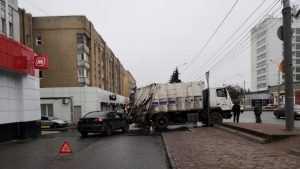 В Брянске на проспекте Ленина легковушка угодила под мусоровоз