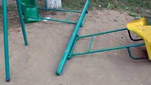 В Брянске сняли видео уничтожения детских качелей во дворе