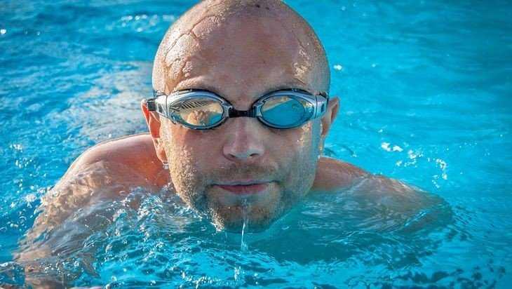 Мужчина умер после посещения бассейна, подцепив опасную амебу