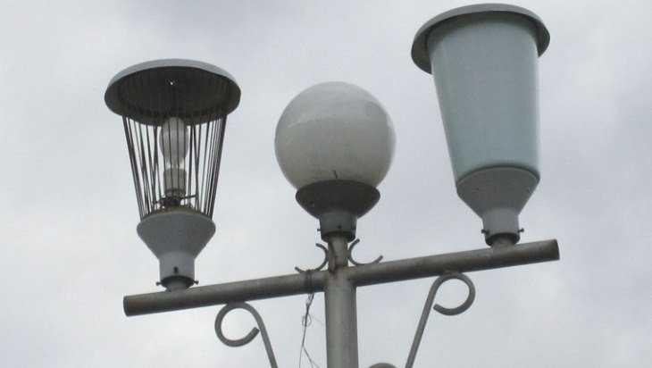 В парке Новозыбкова вредитель разбил антивандальный светильник