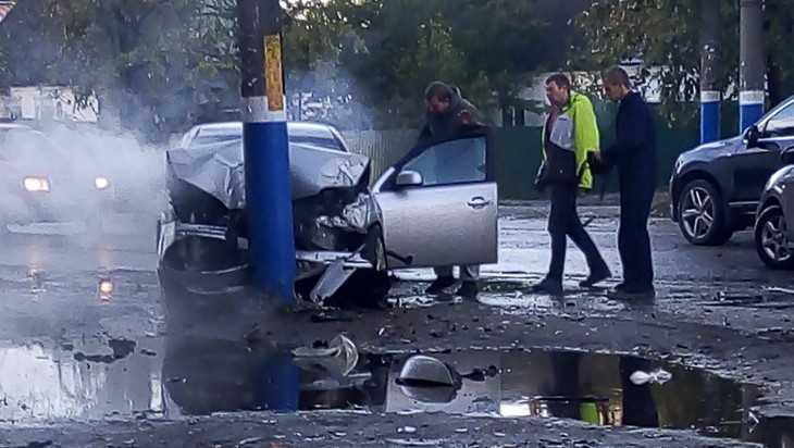 В Брянске столб спас школьниц от наезда автомобиля