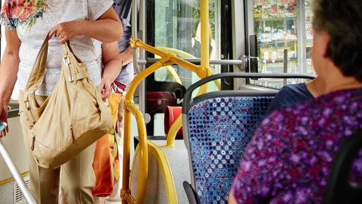 В Брянске пассажирка автобуса сломала бедро при резком торможении