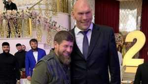 Валуев подарил Кадырову портрет главы Чечни из дятьковского хрусталя