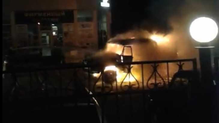 В Брянске возле телецентра сгорел «УАЗ»