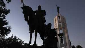 В Брянске памятник Пересвету очистили от надписи вандалов
