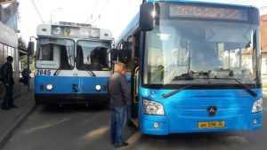 В Брянске автобус и троллейбус сошлись в клинче на остановке