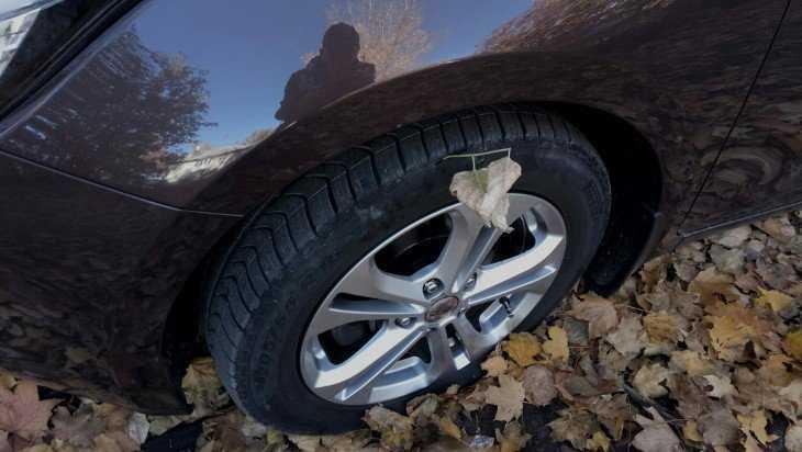 В Брянске изрезали колеса двух автомобилей во дворах
