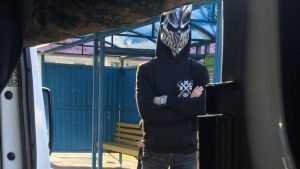 Жителей Брянска удивил парень в маске персонажа фильма ужасов
