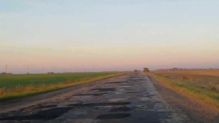 В Севском районе сняли видео разбитой дороги до села партизанской славы