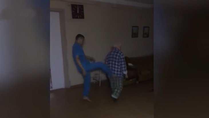 В сети появилась видеозапись издевательств над пациентом психбольницы