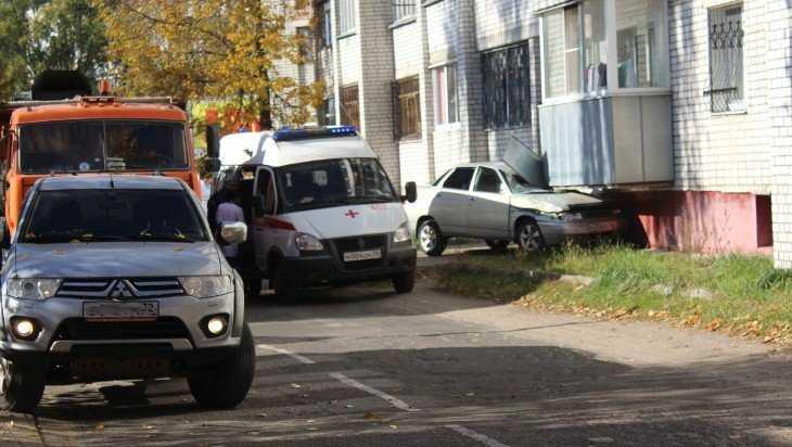 В Брянске автомобиль въехал в балкон первого этажа дома на Севской