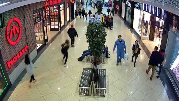 В Брянске сняли видео задержания юного грабителя в ТРЦ «Аэропарк»