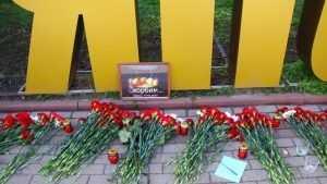 Брянцы на митинге в память о жертвах трагедии в Керчи возложили цветы