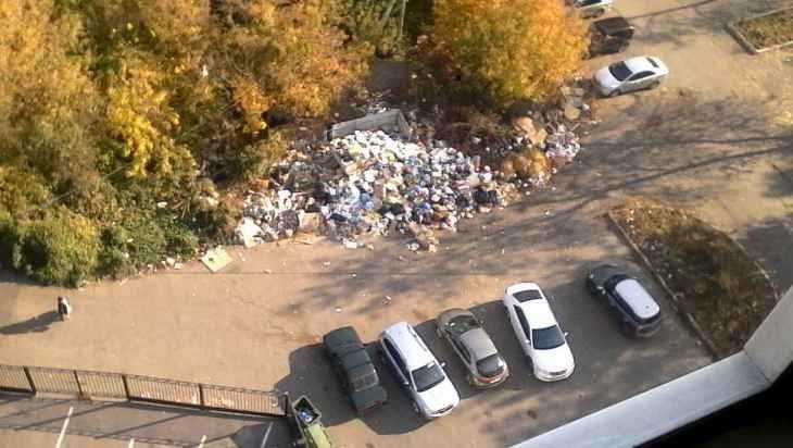 В центре Брянска мусорный вал протянулся до детского сада «Родничок»