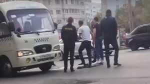 Появилось видео нападения водителя маршрутки на буйного пассажира