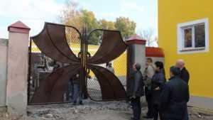 В Брянске установили новые ворота на входе в театр кукол