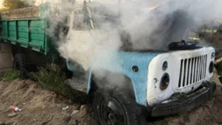 В Брянске сгорел старый грузовикГАЗ-53