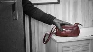 В Брянске матерая воровка украла с карты пенсионерки 40 тысяч рублей