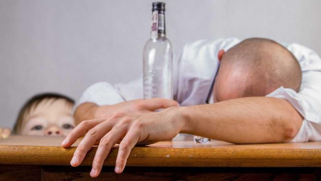 Безысходность: россияне заливают голод водкой