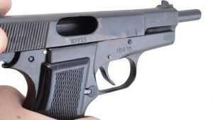 Трое немолодых брянцев организовали бизнес на торговле оружием
