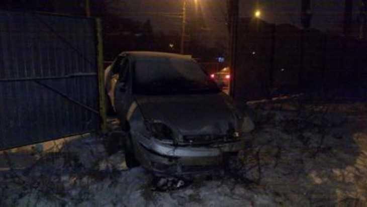 В Брянске водитель микроавтобуса «Рено-Мастер» снёс светофор