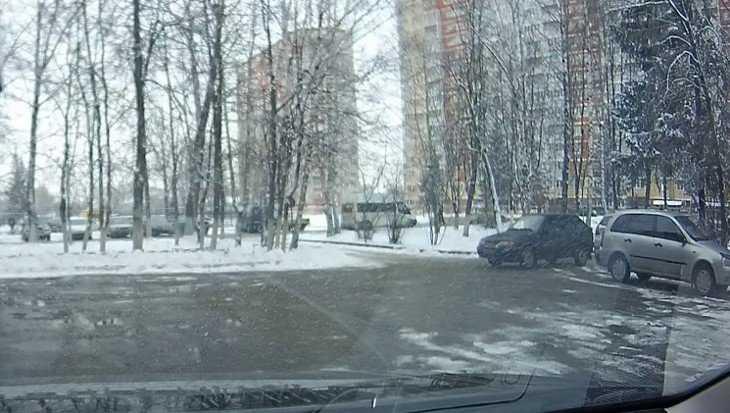 В Брянске ДТП на стоянке попало на видеокамеру