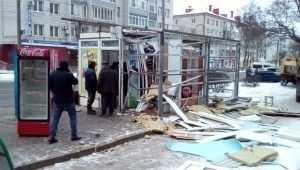 Снос незаконного ларька в Бежице возмутил шумных любителей пива