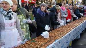 Жители Клинцов в День народного единства испекли огромный пирог