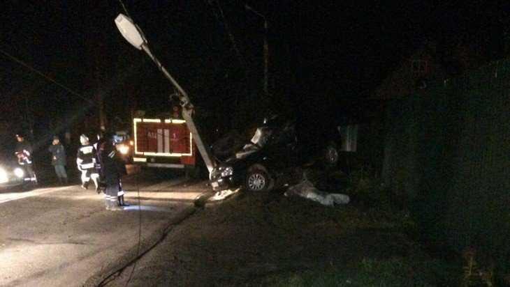 В Брянске ночью автомобиль врезался в столб – есть раненый
