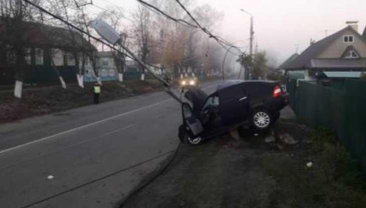 В Брянске пьяный водитель Lada снес столб – погибла 22-летняя девушка