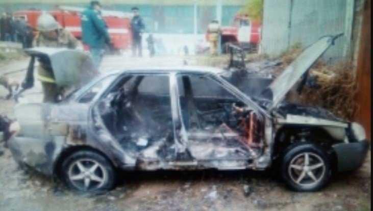 В Брянске сгорел автомобиль Lada Priora