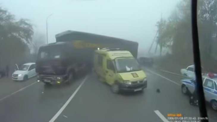В сети появились жуткие кадры аварии с участием скорой помощи и полиции