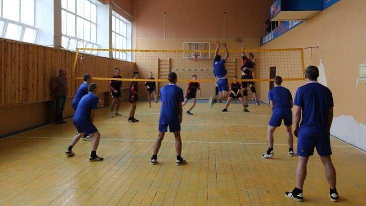 Ученики брянской школы сыграли в волейбол с осужденными сверстниками
