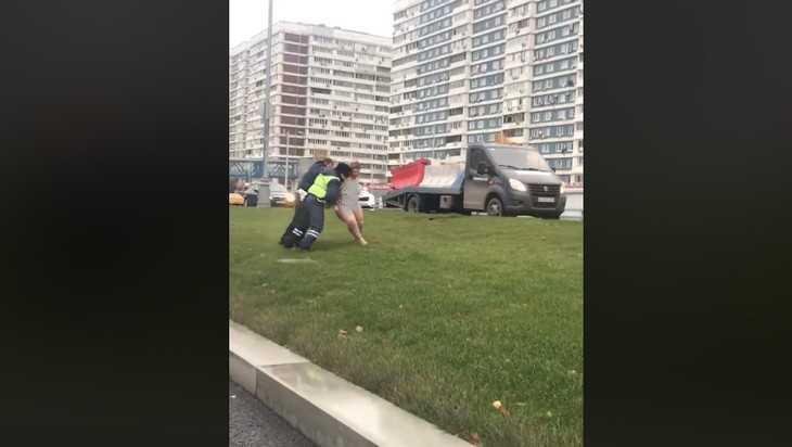В сети опубликовали видеозапись борьбы гаишников с голой женщиной на дороге