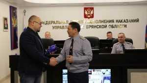 Начальник УФСИН наградил журналиста «Брянской губернии» Андрея Мамошина