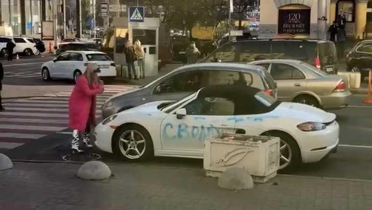 В сети появилось видео уничтожения блондинкой с топором элитного Porsche