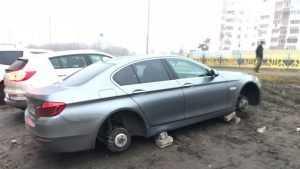 В Брянске воры за ночь сняли колеса с двух автомобилей