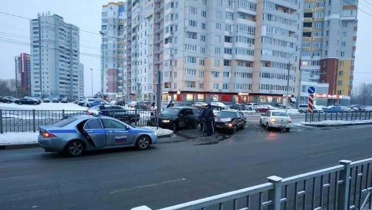 В Брянске возле гипермаркета «Линия» две легковушки обменялись ударами