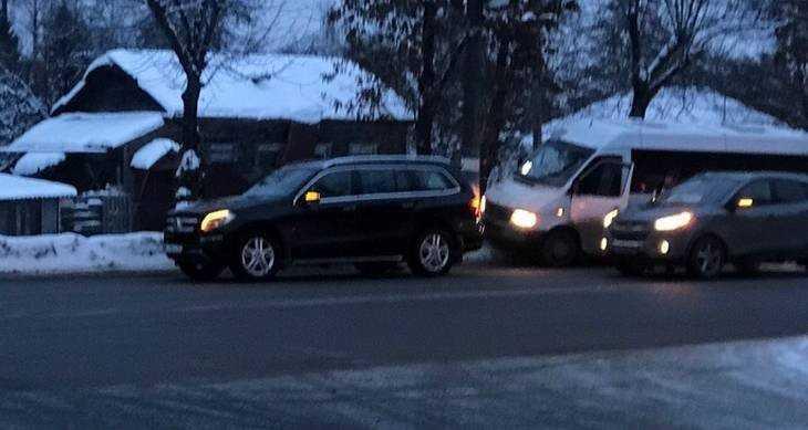 В Брянске возле ТРЦ Тимошковых маршрутчик наказал водителя «Мерседеса»