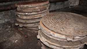 В Почепе подростки украли 16 крышек от канализационных люков