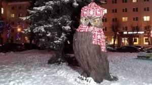 В Брянске коммунальщики согрели шарфом филина на площади Ленина