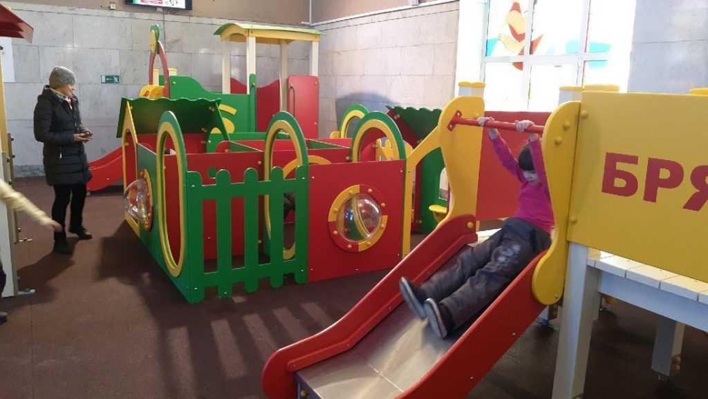 На железнодорожном вокзале Брянска открыли детскую площадку