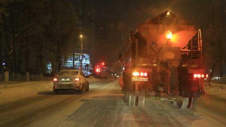 Улицы Брянска посыпали солью