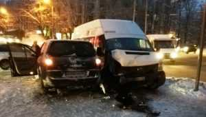 В Брянске в ДТП с маршруткой № 50 пассажирка поранила губу